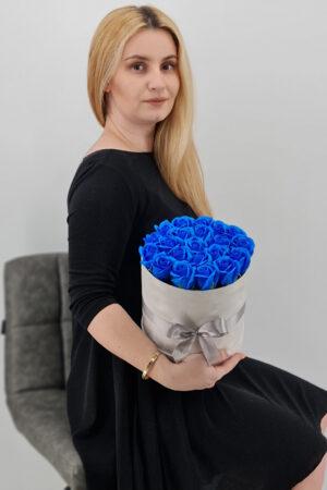 Set cadou     Trandafiri sapun     cutie catifea cu trandafiri albastri